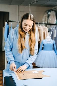 Designer de moda para pequenas empresas alfaiate trabalhando costureira local de trabalho retrato sincero da moda