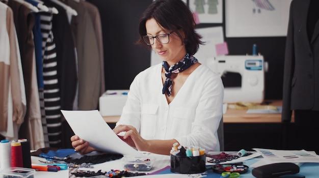 Designer de moda pensando em desenho para roupa