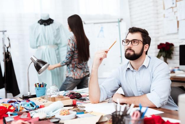 Designer de moda, profundamente no pensamento pensando em idéia.