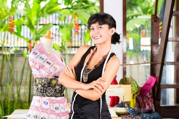 Designer de moda, trabalhando em casa