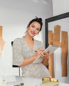 Designer de moda trabalhando em sua oficina