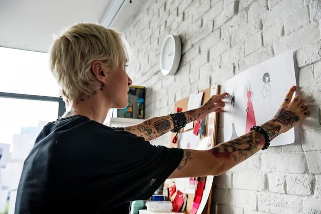 Designer de moda, trabalhando em um estúdio