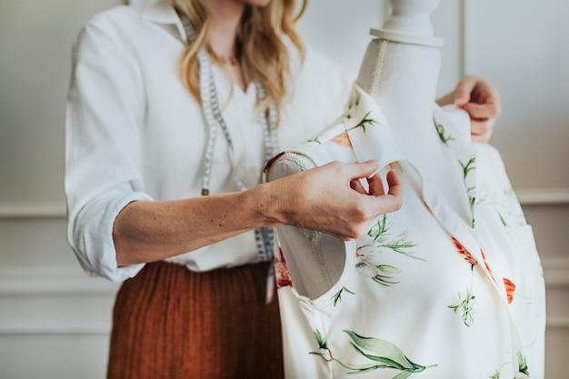 Designer de moda usando um manequim fixável