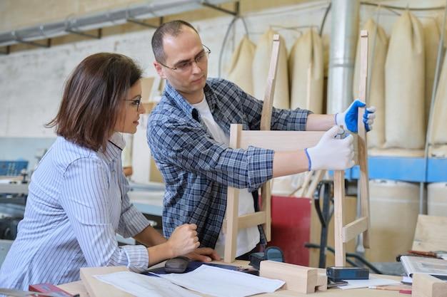Designer de móveis e carpinteiro projetando cadeira de madeira