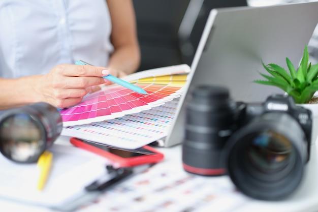 Designer de mulher fotógrafa seleciona tons de cores para as fotos escolha correta de tons de cores