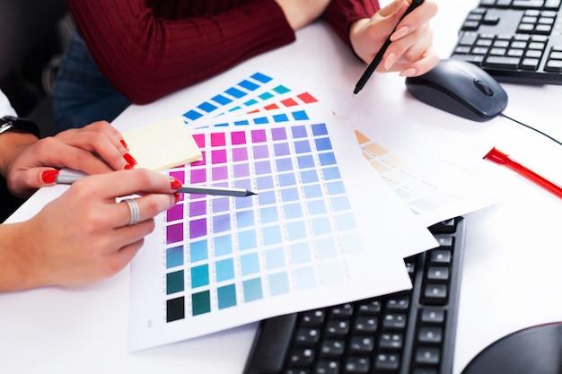 Designer de mulher trabalhando no computador no escritório no computador desktop moderno