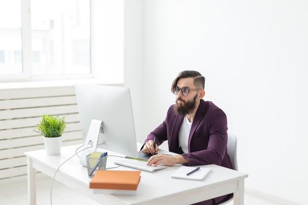 Designer de pessoas e ilustrador de conceito de tecnologia com ambiente de trabalho atencioso
