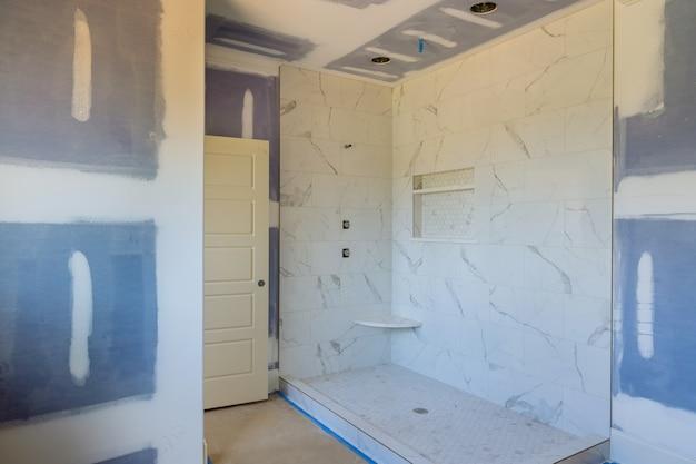 Designer de renovação de banheiro de construção com chuveiro interior de caro