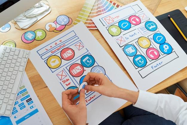 Designer de ux trabalhando em um conjunto de ícones para um novo aplicativo móvel