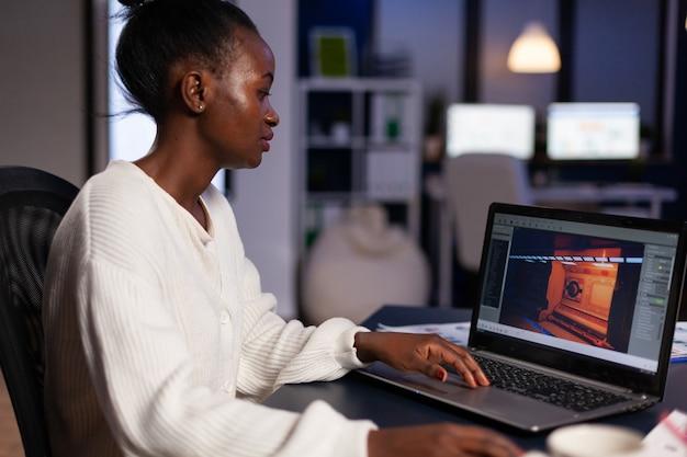Designer de videogame afro-americano trabalhando com gráficos de videogame virtual