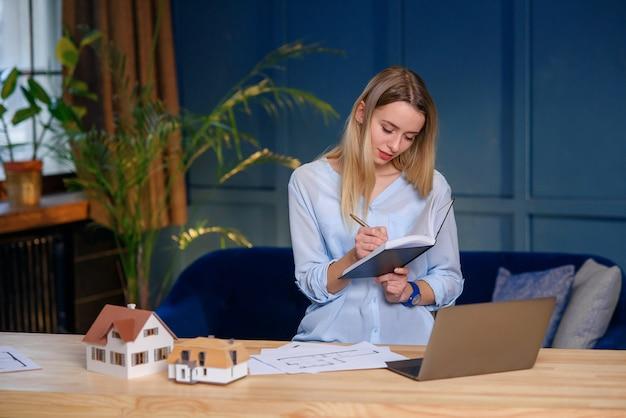 Designer elegante concentrado, arquiteto durante o dia de trabalho no escritório.
