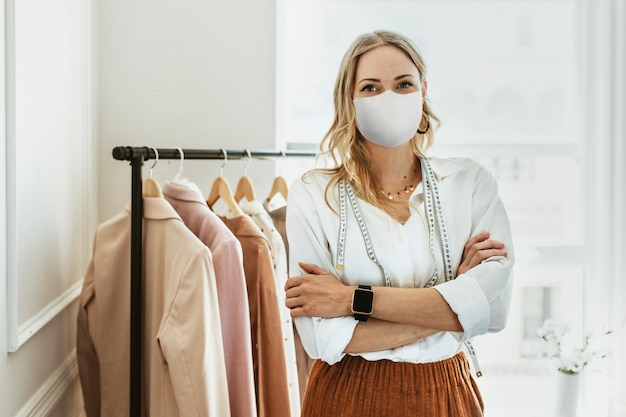 Designer em nova boutique normal usando máscara, cobiçado 19