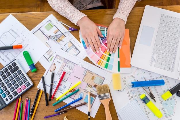 Designer em seu espaço de trabalho com ferramentas e dispositivos