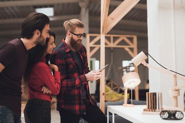 Designer está mostrando um cara e uma garota de amostras de madeira.