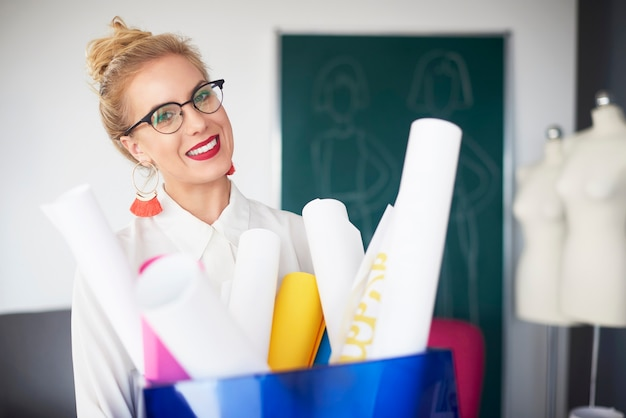 Designer feminina no showroom