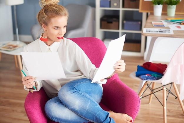 Designer feminina olhando para seu projeto
