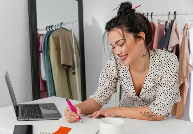 Designer feminina trabalhando em sua oficina