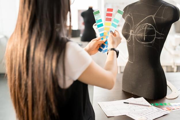 Designer feminino asiático, trabalhando no atelier