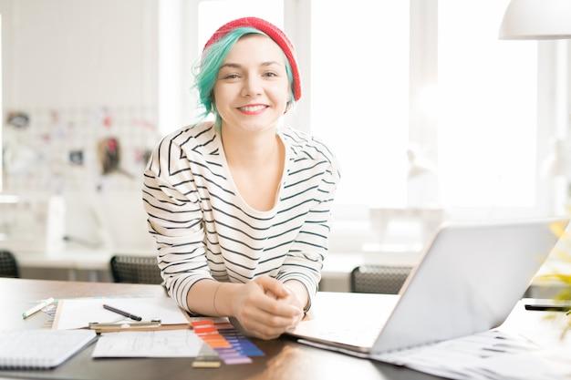 Designer feminino na moda no trabalho