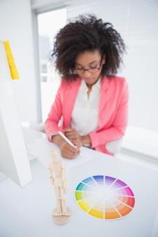 Designer gráfico casual que trabalha no desenho da mesa