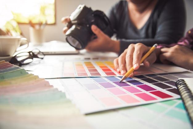 Designer gráfico criativo, mulher de criatividade, projetando o estilo de idéias de cores para colorir