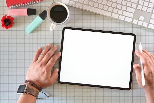 Designer gráfico criativo, trabalhando com tablet moderno inovador touchscreen no estúdio