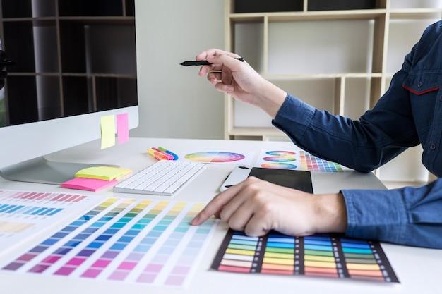 Designer gráfico criativo trabalhando em amostras de cores e amostras de cores