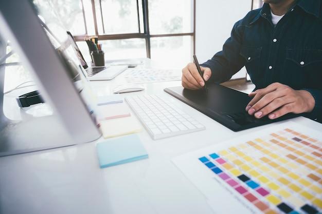 Designer gráfico criativo usando a mesa digitalizadora.