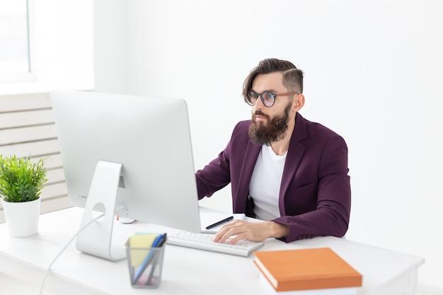 Designer gráfico de conceito de design e estilo de pessoas esboçando novo projeto em tablet trabalhando no computador