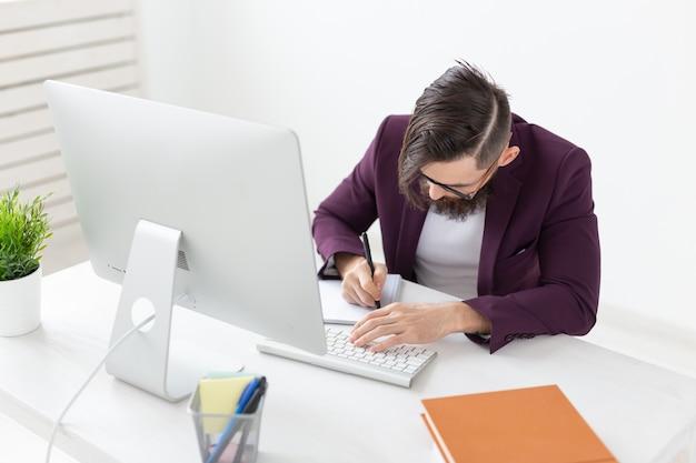 Designer gráfico de design e conceito de estilo do illustrator esboçando um novo projeto em um tablet trabalhando em