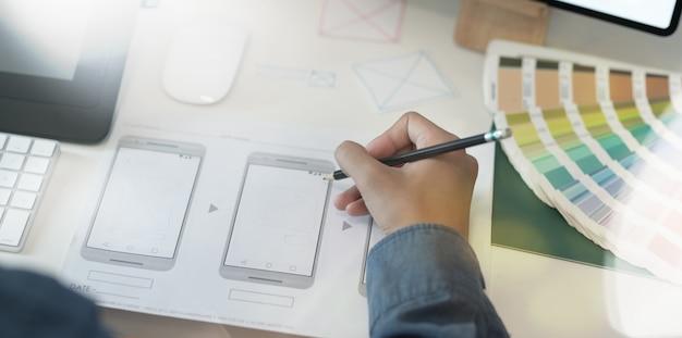 Designer gráfico de interface do usuário ux desenhando modelo de smartphone
