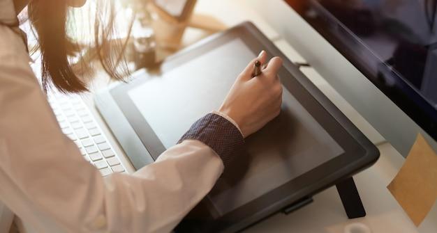 Designer gráfico editando seu projeto