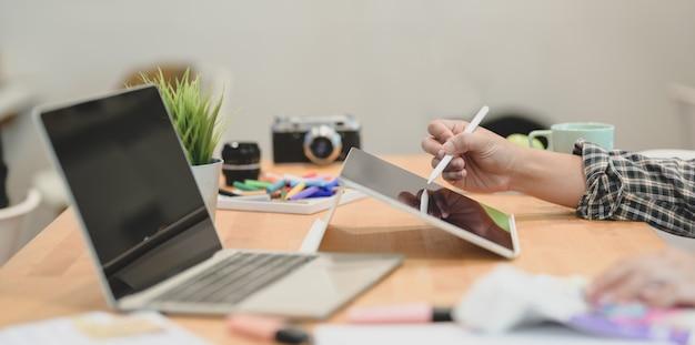 Designer gráfico, escrevendo seus conceitos de idéia no tablet