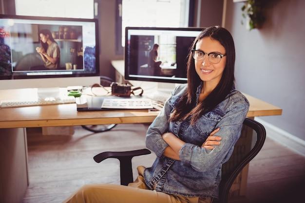 Designer gráfico feliz sentado no escritório