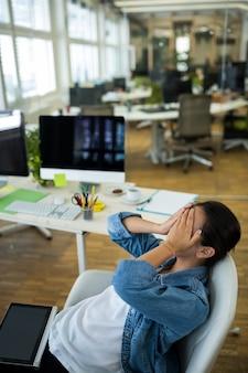 Designer gráfico fêmea virada no escritório