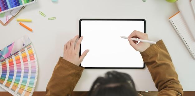 Designer gráfico feminino, desenhando na tela em branco tablet