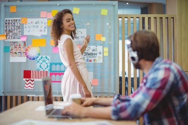 Designer gráfico feminino interagindo com seu colega