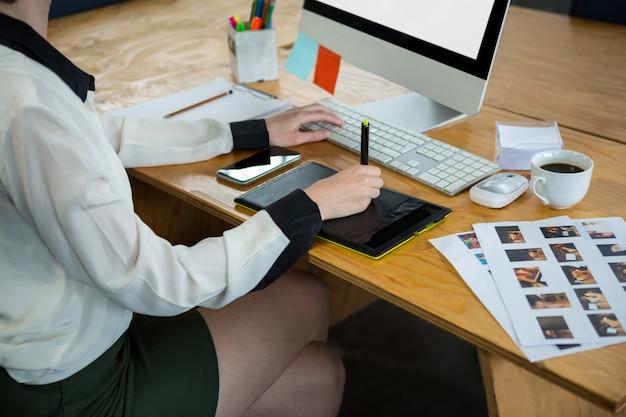 Designer gráfico feminino trabalhando na mesa