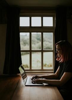 Designer gráfico freelance trabalhando em casa