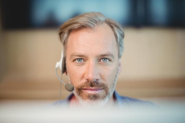 Designer gráfico masculino, trabalhando com fone de ouvido