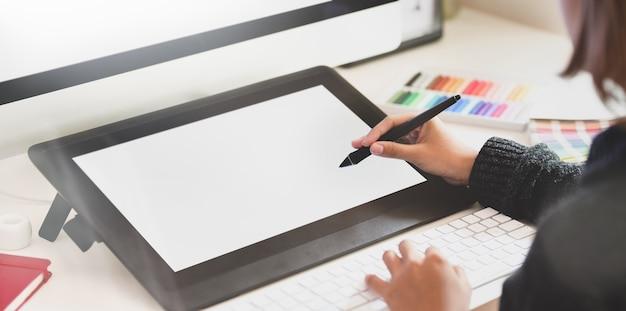 Designer gráfico no estúdio criativo