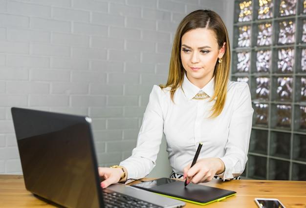 Designer gráfico no trabalho. mulher desenhando com mesa digitalizadora, trabalhando designer.