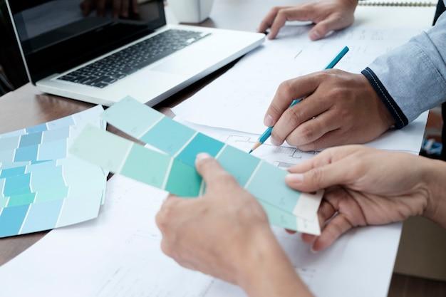 Designer gráfico trabalhando.