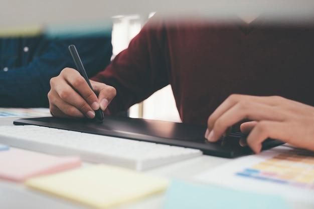 Designer gráfico usado mesa digitalizadora.