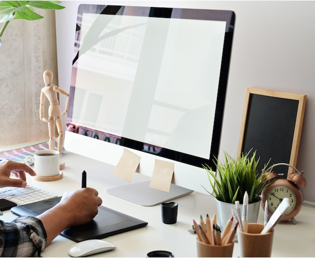 Designer gráfico, usando, tablete digital, com, computador desktop, em, estúdio, escritório