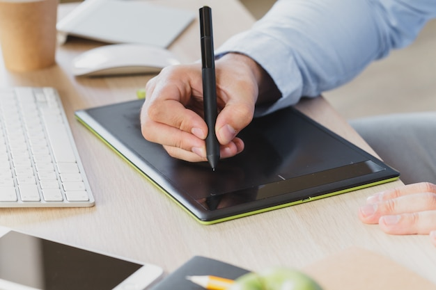 Designer gráfico usando uma mesa digitalizadora