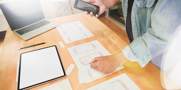 Designer gráfico ux ui desenhando e planejando aplicação