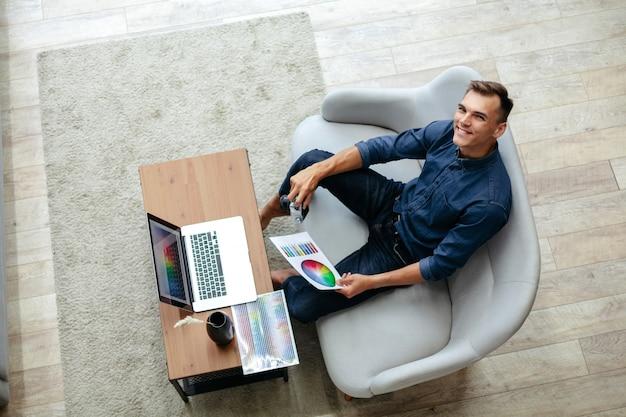 Designer masculino escolhendo uma cor para um novo projeto