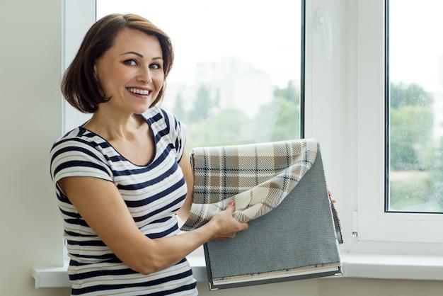 Designer mostra as amostras de clientes de tecidos