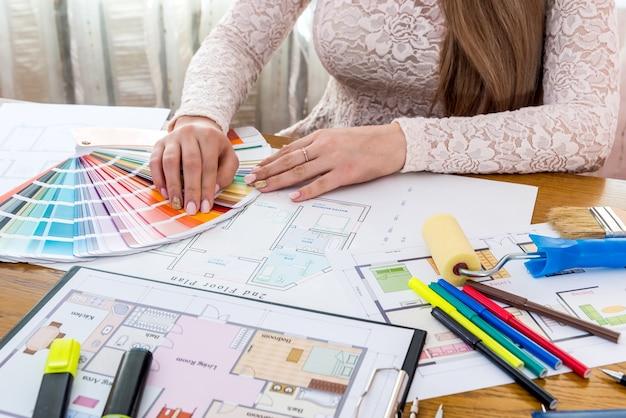 Designer mostrando amostra de cor, escolha a cor para renovação